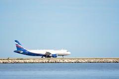 Flugzeug an Nett-Taubenschlag Azur-Flughafen Stockfotos