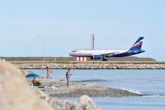 Flugzeug an Nett-Taubenschlag Azur-Flughafen Stockfotografie