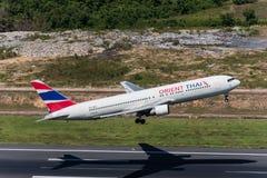 Flugzeug Orientes Thai Airways entfernen sich an Phuket-Flughafen Stockfoto