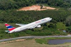 Flugzeug Orientes Thai Airways entfernen sich an Phuket-Flughafen Stockfotografie