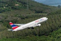 Flugzeug Orientes Thai Airways entfernen sich an Phuket-Flughafen Lizenzfreie Stockfotografie