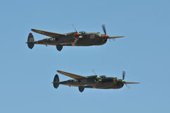 Flugzeug P-38 gegen blauen Himmel Lizenzfreie Stockfotos