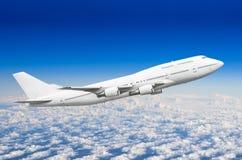 Flugzeug passanger mit vier Maschinen im Himmel über den Wolken stockbilder
