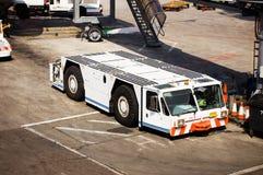 Flugzeug-Schleppseil-Traktor lizenzfreies stockfoto