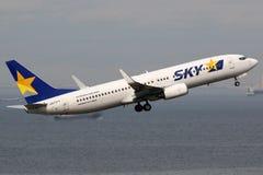 Flugzeug Skymark Airliness Boeing 737-800 Flughafen Tokyos Haneda Stockbilder