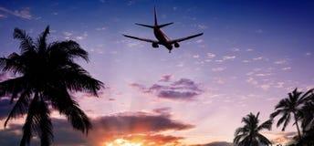 Flugzeug am Sonnenuntergang Lizenzfreie Stockfotos
