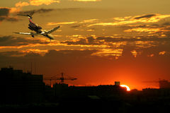 Flugzeug am Sonnenuntergang lizenzfreies stockbild