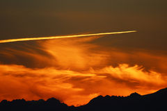 Flugzeug-Spur bei Sonnenuntergang Stockfotografie