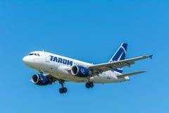 Flugzeug TAROM YR-ASB Airbus A318-100 stockfotos