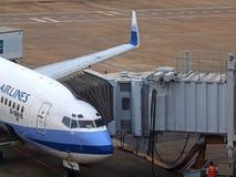 Flugzeug u. Aerobridge Lizenzfreies Stockfoto
