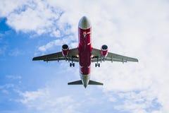 Flugzeug und blauer Himmel Stockfoto