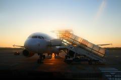 Flugzeug und Sonnenaufgang Stockfotos