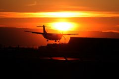 Flugzeug und Sonnenuntergang Stockfotografie