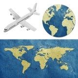 Flugzeug- und Weltkartenaufbereitete Papierfertigkeit Lizenzfreies Stockfoto