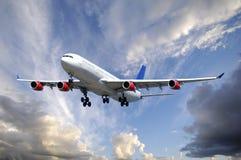 Flugzeug und Wolken Stockfotos