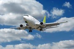 Flugzeug und Wolken stockfotografie
