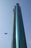 Flugzeug und Wolkenkratzer Lizenzfreies Stockfoto