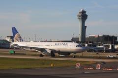 Flugzeug United Airliness Airbus A320 auf Asphalt an internationalem Flughafen O'Hare in Chicago Lizenzfreies Stockbild