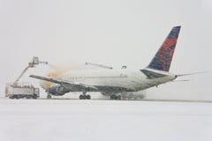 Flugzeug unter enteisenprozeß Lizenzfreie Stockfotos