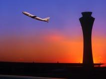 Flugzeug verließ einen Flughafen Stockbild