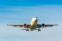 Flugzeug von Easyjet Airbus A319-100 G-EZGA bereitet sich für die Landung vor Stockbild