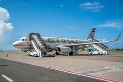 Flugzeug von Etihad- Airwaysland im Mann, Malediven stockfotografie