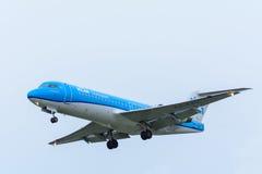Flugzeug von Fokker F70 KLM Cityhoppers PH-KZU landet an Schiphol-Flughafen Lizenzfreie Stockbilder