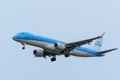 Flugzeug von KLM Cityhopper PH-EXB Embraer ERJ-190 landet an Schiphol-Flughafen Lizenzfreie Stockbilder