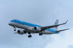Flugzeug von KLM Cityhopper PH-EZO Embraer ERJ-190 landet an Schiphol-Flughafen Lizenzfreies Stockfoto