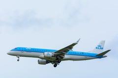 Flugzeug von KLM Cityhopper PH-EZS Embraer ERJ-190 landet an Schiphol-Flughafen Stockbild