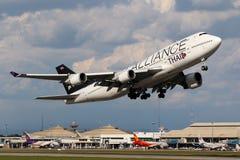 Flugzeug von Thai Airways International Boeing 747-400 entfernend Stockbild