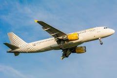 Flugzeug von Vueling Airlines Clickair Airbus A320 EC-KDT landet Stockbilder
