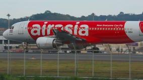 Flugzeug war sich beschleunigen auf der Rollbahn vor Start stock video footage