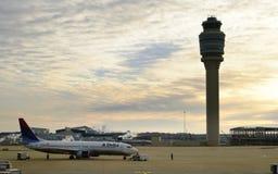 Flugzeug, welches das Terminal verlässt Stockfotografie