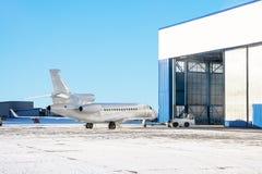 Flugzeug wird innerhalb des Flugzeughangar für Wartung geliefert stockfotografie
