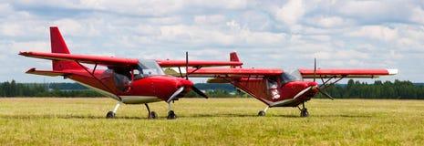 Flugzeug zwei aus den Grund Stockfotos