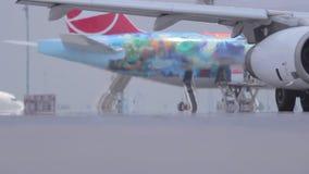 Flugzeuganordnung auf einer Rollbahn, die wartet, um - Flughafen Istanbuls Ataturk am 17. Juni 2015 zu entfernen stock video