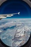 Flugzeugansicht des Grönlands mit Gebirgs-, Ozean- und Eislöchern stockfotos