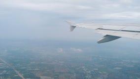 Flugzeugaufstieg nach Start während des Regens stock video