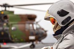 Flugzeugbesatzungs-Feuerwehrmann im Sturzhelm Stockbilder