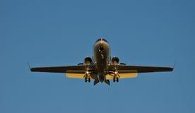 Flugzeugdämmerungslandung Stockfoto