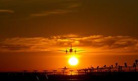 Flugzeugdämmerungslandung Stockfotografie