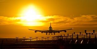 Flugzeugdämmerungslandung Lizenzfreie Stockfotos