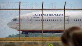 Flugzeugdrehungsrollbahn vor Abfahrt stock footage