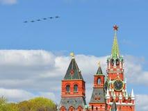 Flugzeuge über Moskau der Kreml Stockfotografie