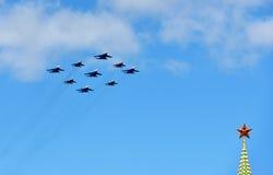 Flugzeuge über Moskau der Kreml Lizenzfreies Stockfoto