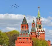 Flugzeuge über Moskau der Kreml Lizenzfreies Stockbild