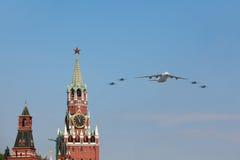 Flugzeuge An-124 und Su-27 fliegen über rotes Quadrat Stockbilder