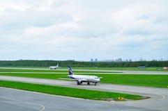 Flugzeuge Aeroflot-Fluglinien-Airbusses A320-214 in internationalem Flughafen Pulkovo in St Petersburg, Russland Lizenzfreie Stockfotografie