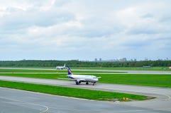 Flugzeuge Aeroflot-Fluglinien-Airbusses A320-214 in internationalem Flughafen Pulkovo in St Petersburg, Russland Lizenzfreies Stockbild